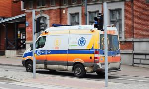 Wypadek przy pracy w Ciemnoszyjach. Jedna osoba w szpitalu